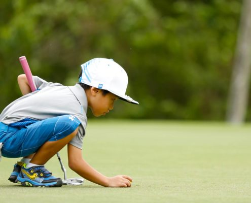 junior-golfer-putting-green