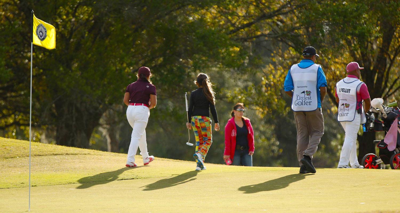 junior-golfers-playing-tournament